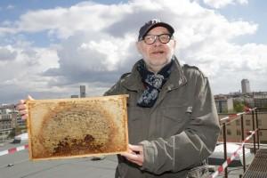 Jürgen Flimm beim Einzug der Bienen auf dem Dach des Schiller Theaters