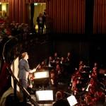 ... die Staatskapelle Berlin und der Publikumschor spielten und sangen unter der musikalischen Leitung von Martin Wright