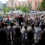 Die Begrüßung: Der Kinderchor singt vor dem Haus