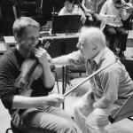 Wolfram Brandl, 1. Konzertmeister, und Daniel Barenboim in der Probenpause