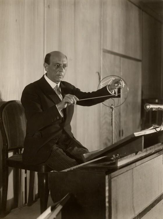 Arnold Schönberg dirigirt das Berliner Rundfunkorchster