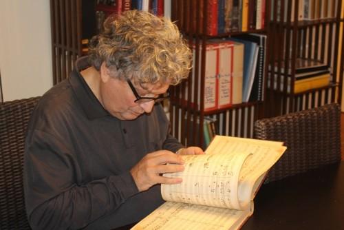 René Jacobs in seinem Pariser Heim beim Partiturstudium: Versenkung und Inspiration