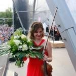 Nach dem Auftritt: Blumen für Lisa Batiashvili ...