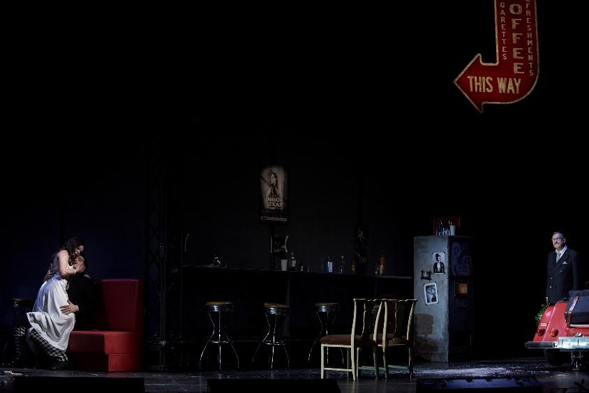 Das Liebespaar Manon und Renato werden von Mr. B... in flagranti erwischt ...