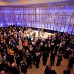 Orte zum Verweilen, für jetzt und für demnächst: das Gläserne Foyer bei einer Premierenfeier ...