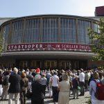 Theaterfassaden kann man immer mit Gewinn betrachten, mit und ohne Gerüst: Besucher vor dem Schiller Theater...