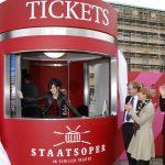 ... sowie vor der Ticketbox auf dem Bebelplatz. Wer ist wohl die Verkäuferin?