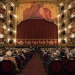 Das ausverkaufte Teatro Colón, kurz bevor sich der Vorhang hebt